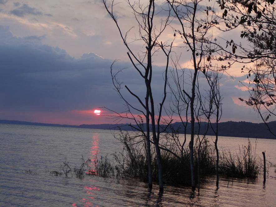 0707-coucher-de-soleil-sur-le-lac-peten-itza